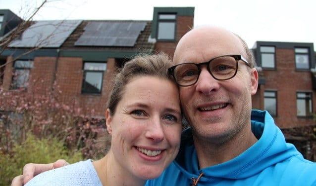 Derk en Heleen voor hun huis met zonnepanelen
